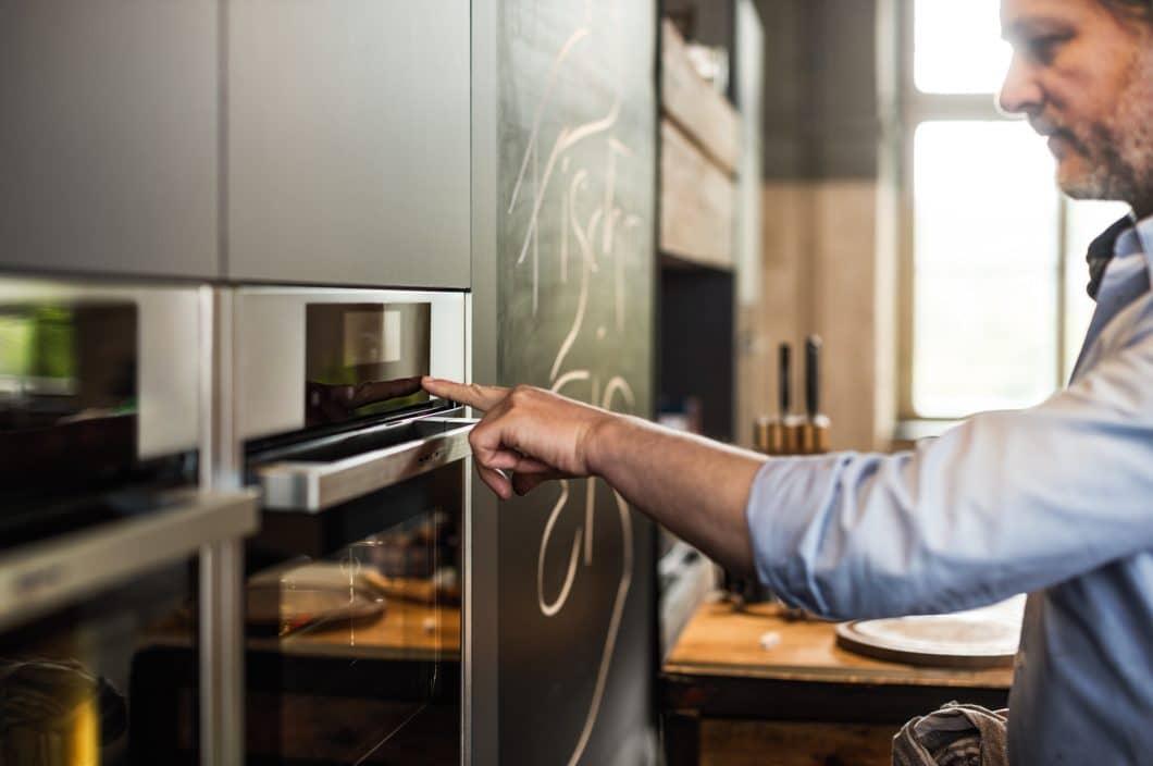 Wie war das gleich nochmal... wer seine Küchenplanung mit einem Küchenstudio durchführt, kann sich vor oder nach dem Küchen- und Gerätekauf dort eingehend schulen und beraten lassen. (Foto: Neff)