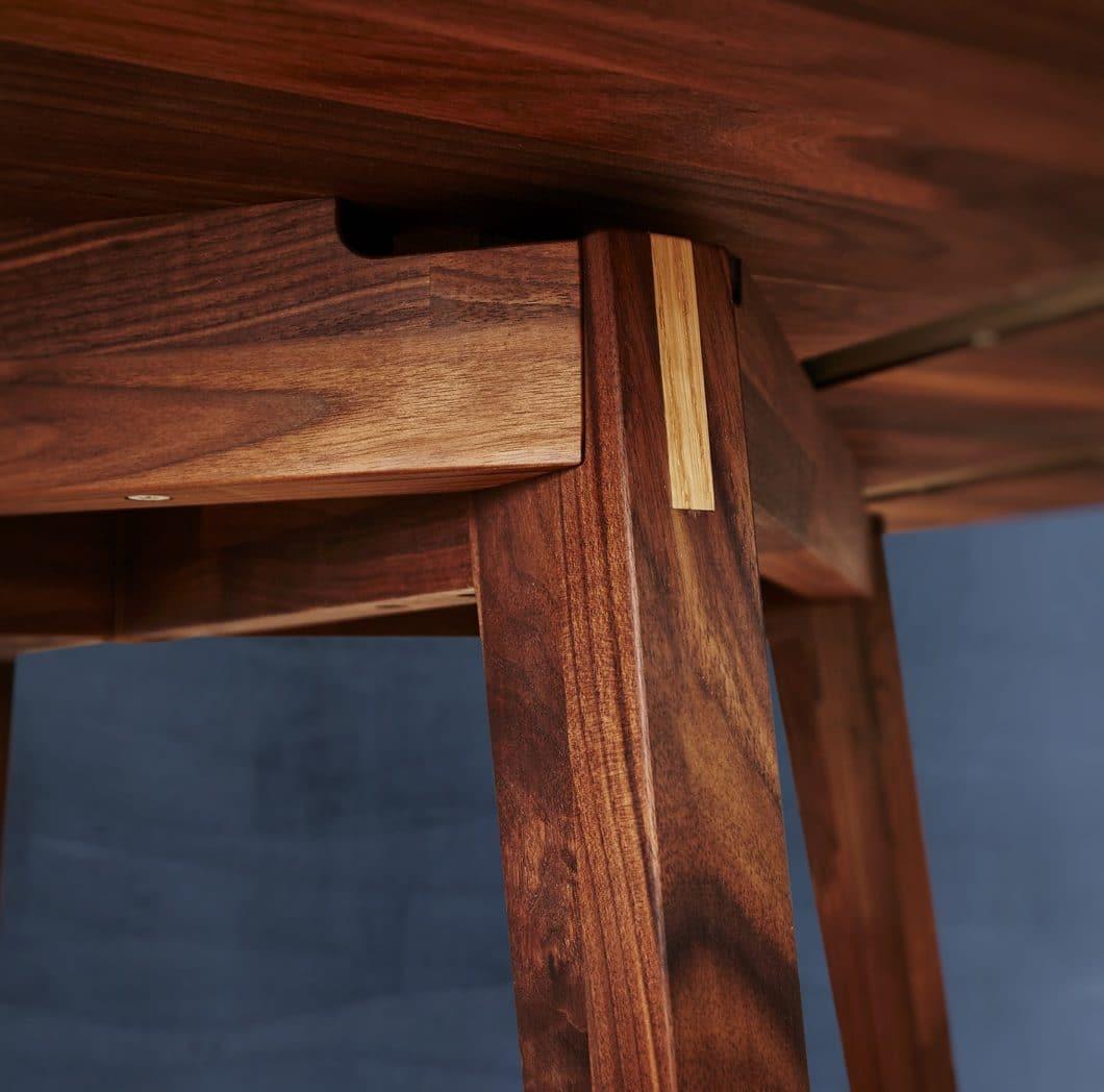 Maßarbeit und Liebe zum Detail: bei SPEKVA wird jedes Holzstück in 9 Fertigungsstufen auf Qualität und Verarbeitung kontrolliert. Das Unternehmen ist außerdem bekannt für seine spezielle Verleimung, die ohne Schrauben auskommt. (Foto: SPEKVA)