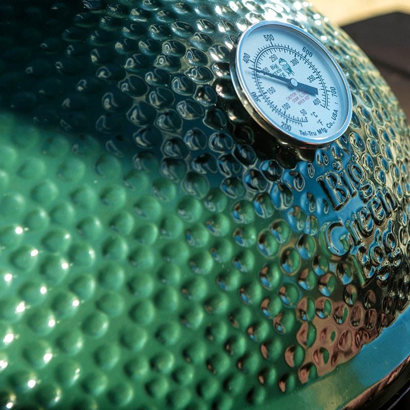 Die golfballartige Außenhaut aus farbechter, wetterbeständiger Keramik schützt den Luxusgrill vor Umwelteinflüssen und hält die Temperatur im Inneren konstant auf der gewünschten Temperaturebene. (Foto: Big Green Egg)