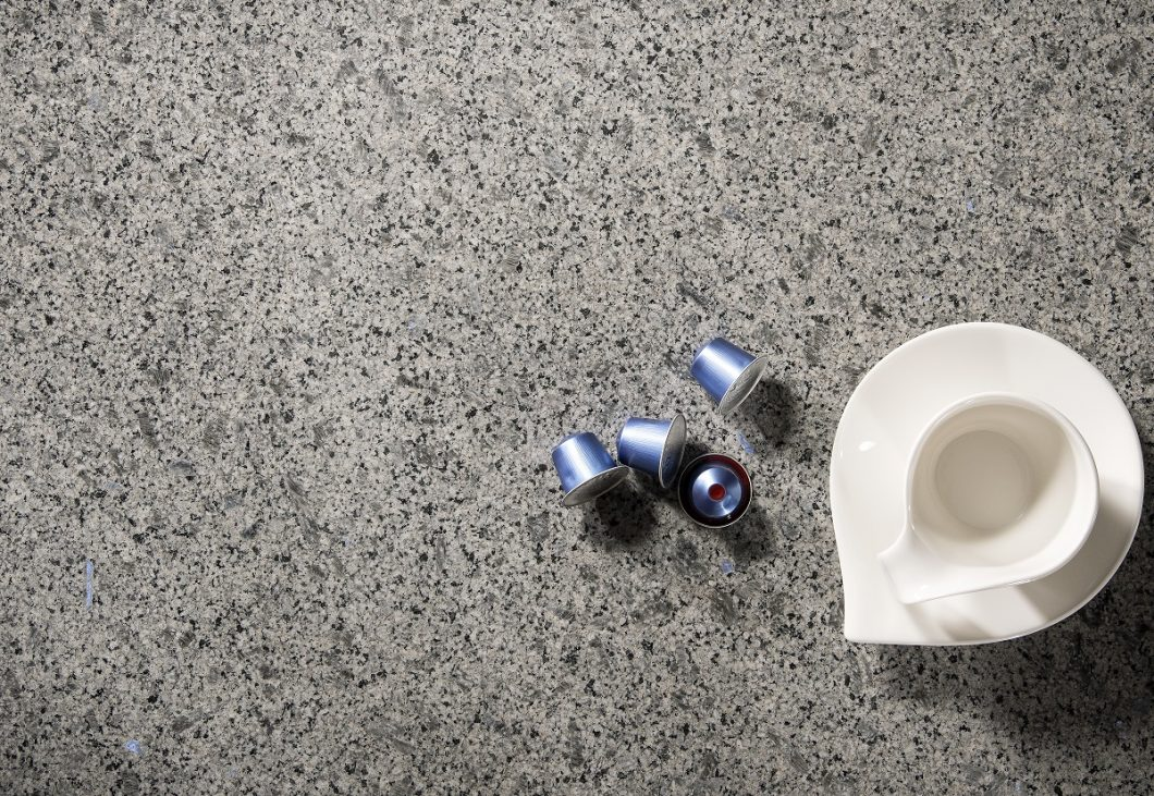 """Eine weitere Neuheit, die STRASSER auf der area30 präsentiert hat, ist der Naturstein """"Oriental Blue"""": sanftgrauer Stein trifft auf funkelnde Quarze. (Foto: Strasser Steine)"""