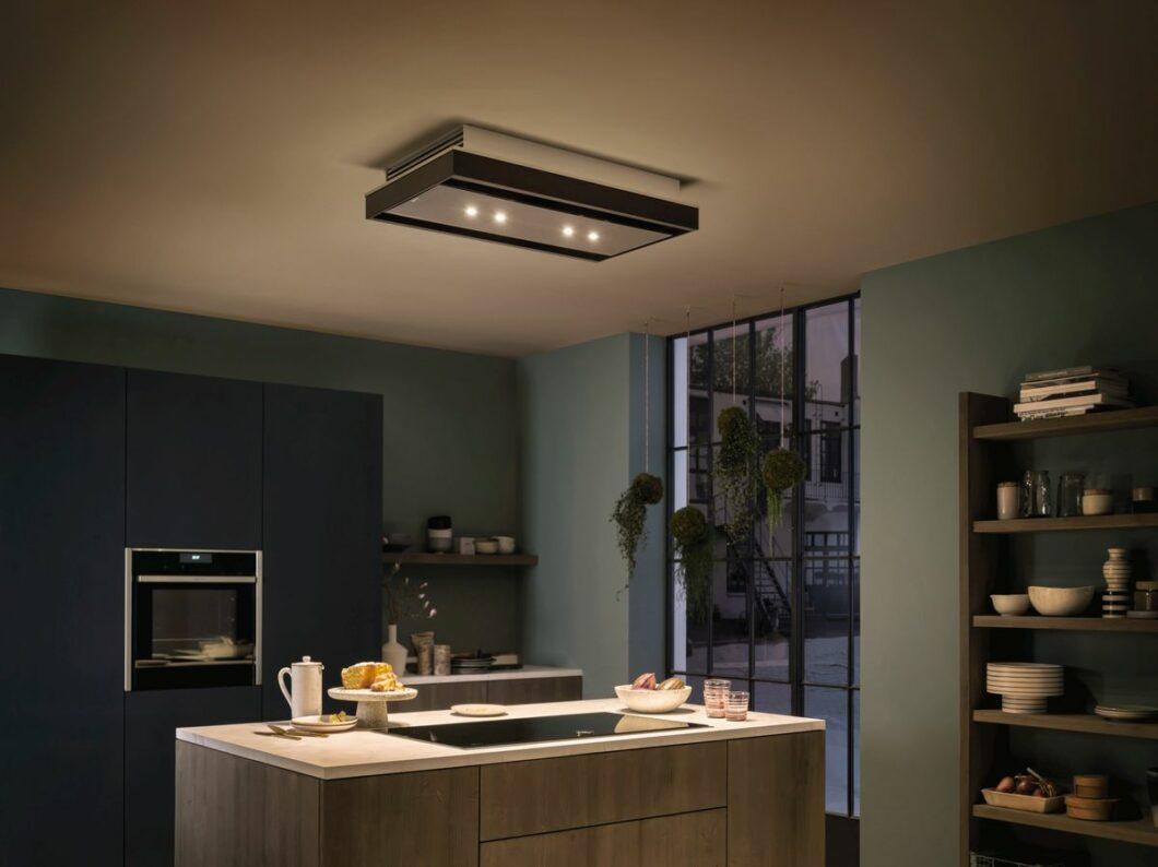 """Bisweilen setzt man in puristischen Küchen auch auf einen Deckenlüfter als angedockten """"Baustein"""", der unauffällig ins Design integriert ist. Er spendet zusätzliches Licht. Allerdings können Wrasen auf dem """"Weg nach oben"""" abgelenkt werden von externen Luftströmen. (Foto: Neff)"""