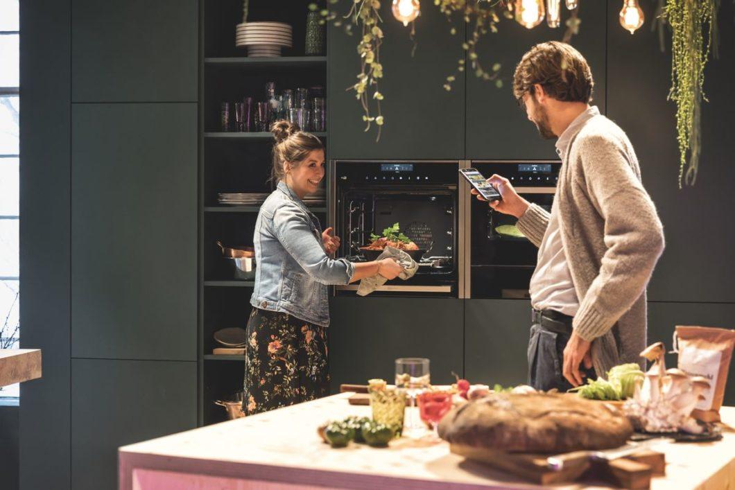 Keine Angst vor dem SmartHome! Was in deutschen Haushalten schleppend anläuft, wird in Zukunft unsere Küchenkommunikation dirigieren - zumindest mit den Geräten. Und das ist auch gut so. (Foto: Neff)