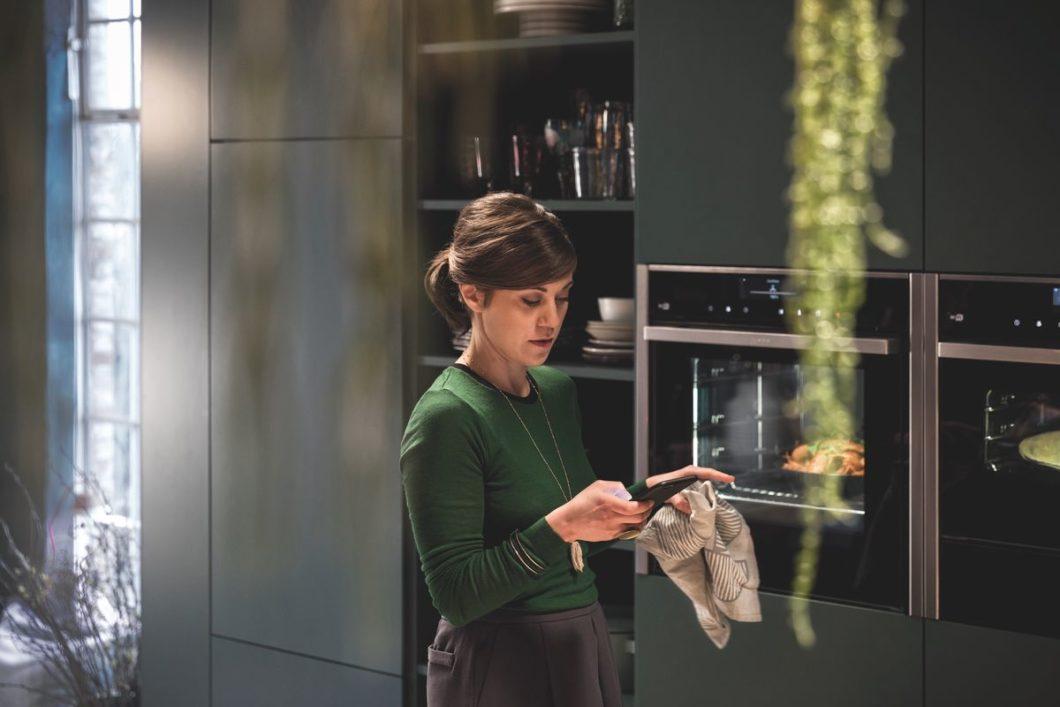 Wie die Partnermarken Bosch und Siemens setzt auch Neff auf die Home Connect-App, die Nutzern von Neff-Geräten mit dem eigens kreierten Rezepte-Format Ideen fürs Abendessen schickt. (Foto: Neff)