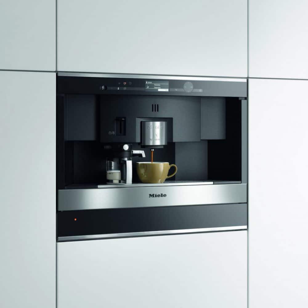 Die Einbau-Kaffeevollautomaten sind wahlweise mit einem hochwertigen Bohnenmahlwerk oder einem Nespresso-System für bis zu 20 Kapseln wählbar. (Foto: Miele)