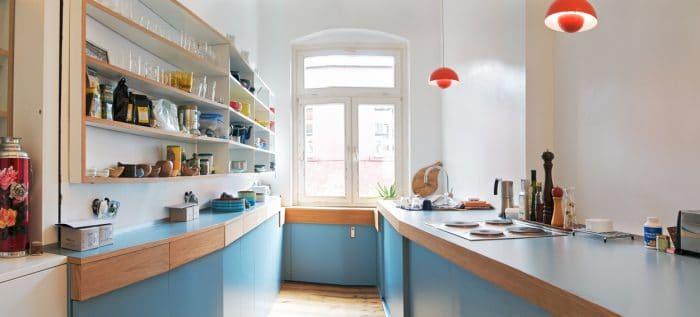 Das exzentrische Architekturstudio von Neuland van Exel entwarf diese ungewöhnliche hellblaue Küche mit Holzbordüren, die beim Licht mit der Komplementärfarbe Orange gespiegelt wird. (Küche: Neulant van Excel, Bootsküche)
