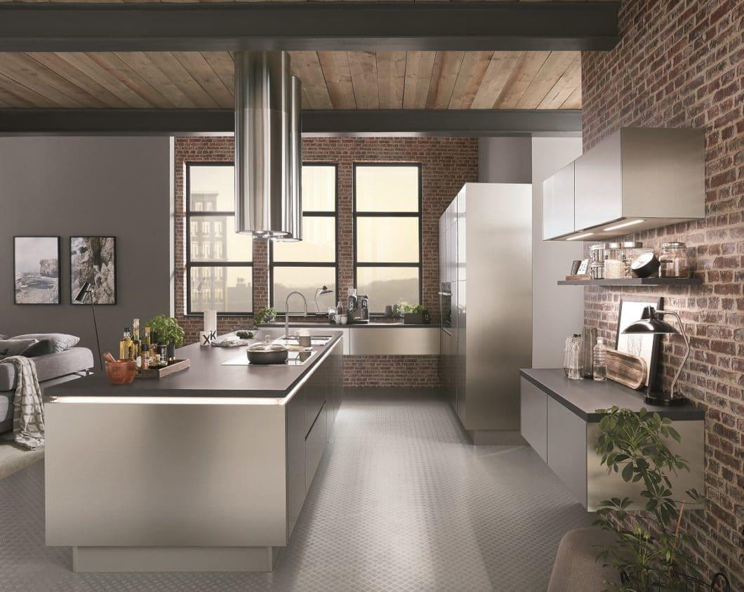 """Mit dem Modell """"Inox"""" setzt Nobilia im ganzen Küchenraum auf das Thema Metall. Die Edelstahlfronten sind ein Dekor, das Purismus und Professionalität zugleich ausstrahlen soll. (Foto: Nobilia)"""