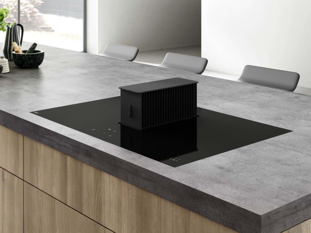 """""""All Black"""": dem Trend zum makellos schwarzen Kochfeld mit integriertem Kochfeldabzug setzte die Novy ONE schon 2016 ein Denkmal. (Foto: Novy)"""