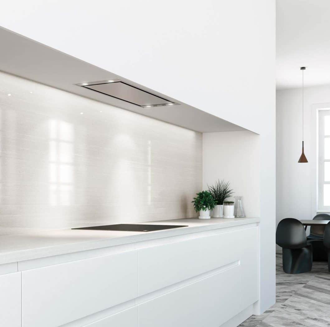 """Die elegant in den Oberschrank eingelassene Unterbauhaube """"Mini Pureline"""" von Novy ist nur aus einem bestimmten Blickwinkel sichtbar - und saugt dennoch effektiv ab. (Foto: Novy)"""