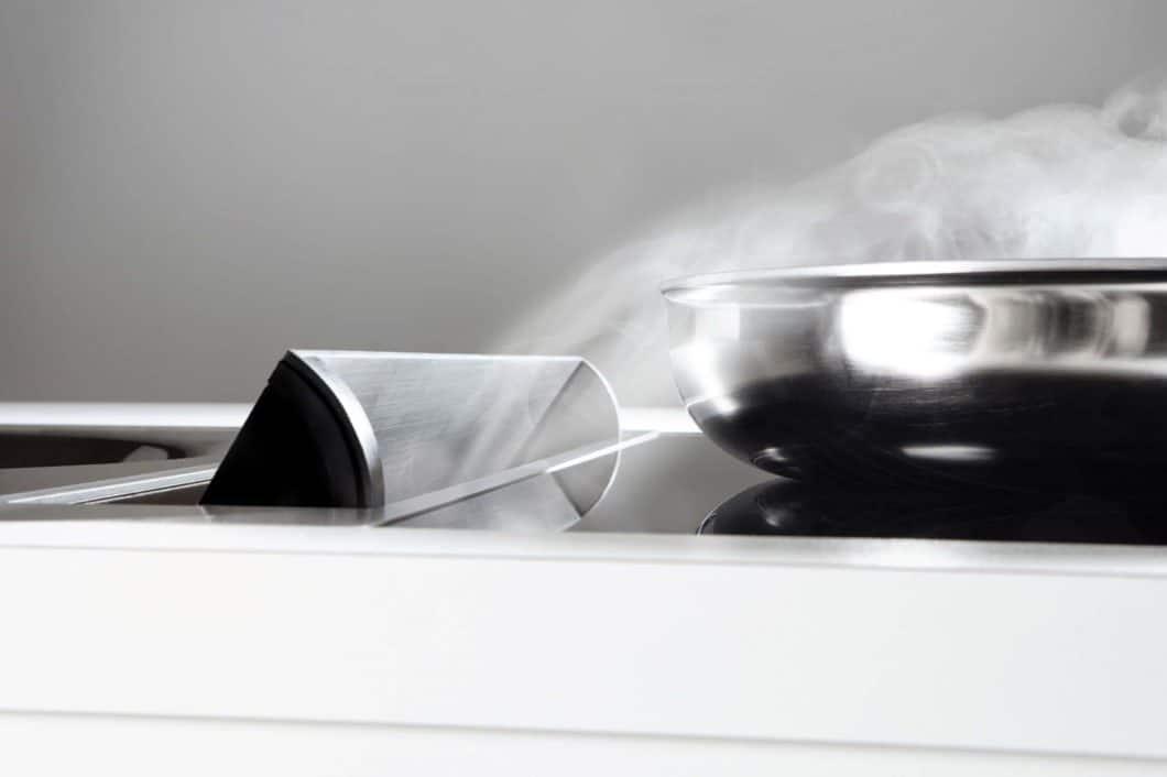 Die Novy UP_SIDE-Muldenlüftung kann in ihrer Intensität über Edelstahlklappen reguliert werden. Auch ein manuelles Ausfahren des Lüfters ist möglich. (Foto: Novy)