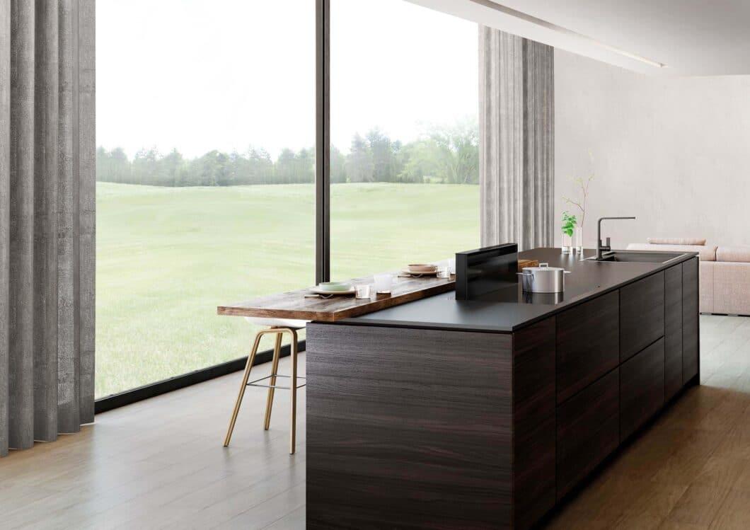 Ausfahrbare Tischlüfter sind sehr elegant: in der Nichtnutzung kaum sichtbar, können einige Modelle während des Kochens stufenlos ausgefahren werden. Und: sie sind nicht kochfeldgebunden. (Foto: Novy)