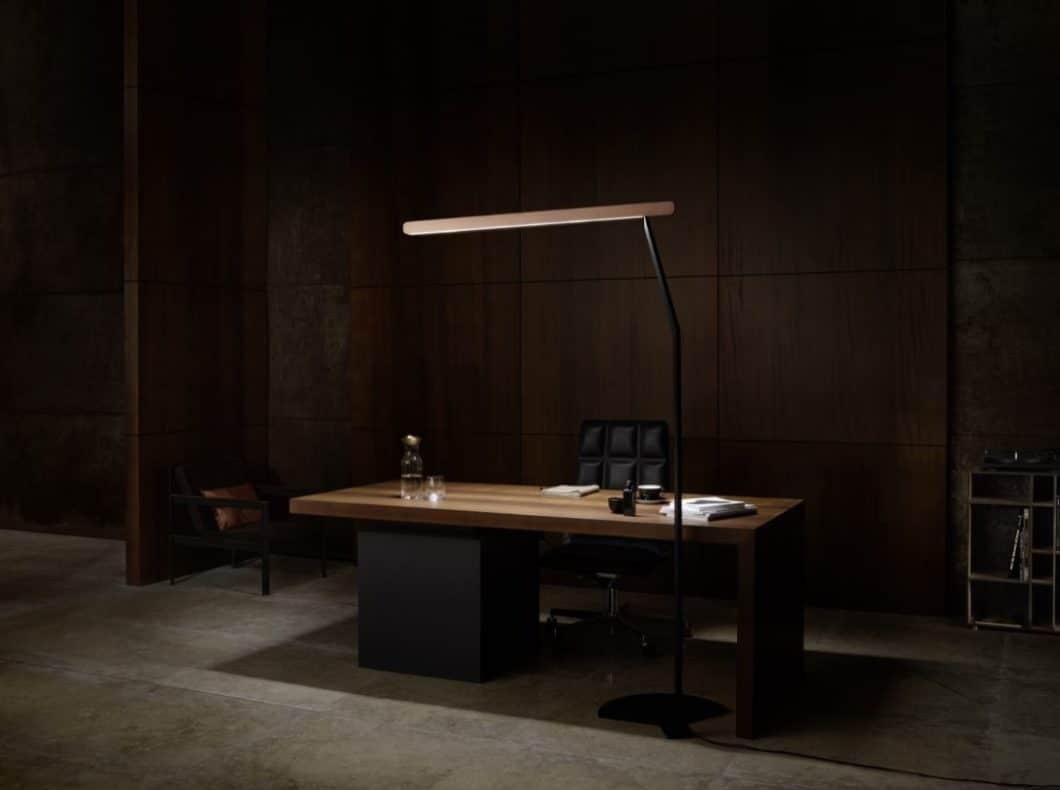"""Die Occhio Mito linear-Kollektion ist vor allem auf große Räumlichkeiten wie Büros und Meetingräume zugeschnitten, kann aber auch als schmale Stehleuchte glänzen. Mit dem """"Wallwasher"""" können auch Fassaden umfassend beleuchtet werden. (Foto: Occhio)"""