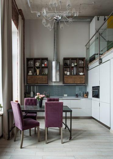 Hohe Decken, freigelegte Rohre und Massivholzschränke unterstreichen den einfachen, harten Industrial-Look.