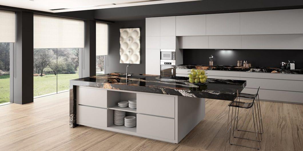 Poliert, geledert, geschliffen: Oberflächenbearbeitungen können vielfältig sein und sich auf das Erscheinungsbild einer Küche erheblich auswirken. Ein Profi hilft weiter in Sachen Materialauswahl. (Foto: Sensa von Cosentino)