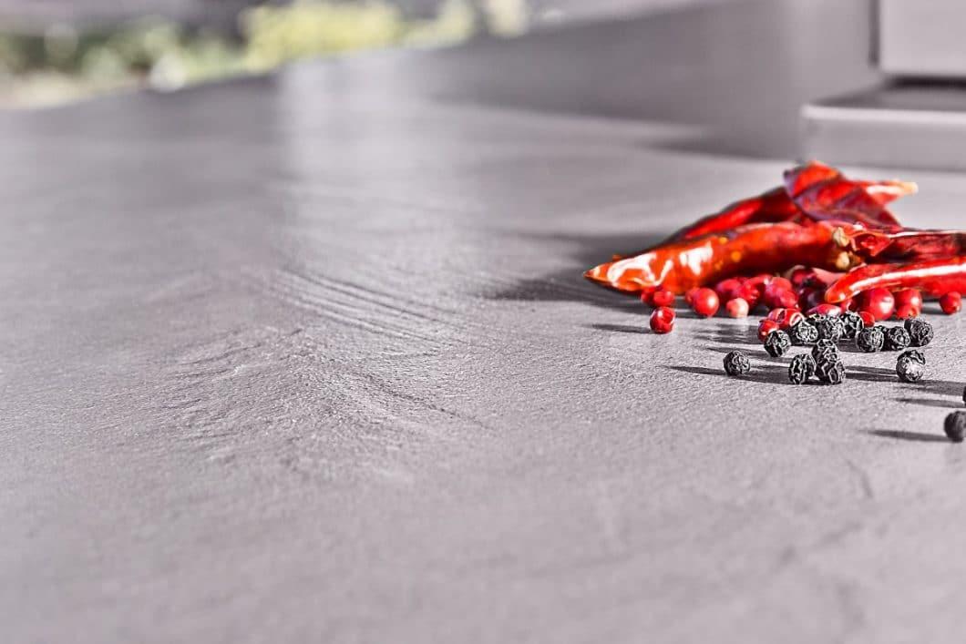 Die n'Stee-Outdoorküchen von MCR sind aus hochwertiger Keramik gefertigt, die schnitt- und kratzfest, UV-beständig, wind- und wetterfest ist. (Foto: MCR)