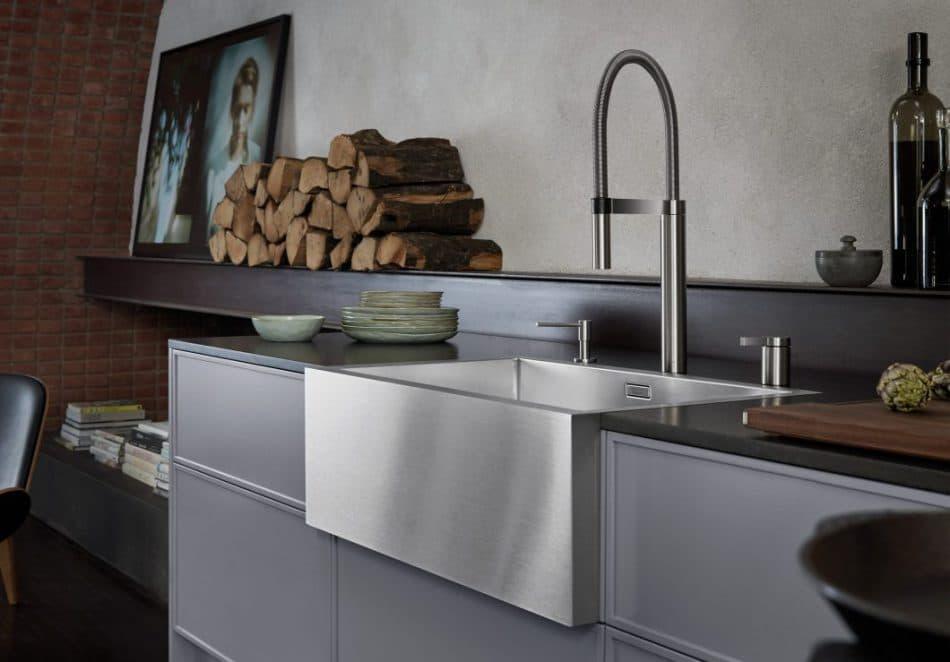 Die markante Frontschürze des BLANCO Cronos XL 8 erinnert an alte Keramikspülen - eine romantische, wenn auch modernisierte Gestaltungsidee in der Küche. (Foto: BLANCO)