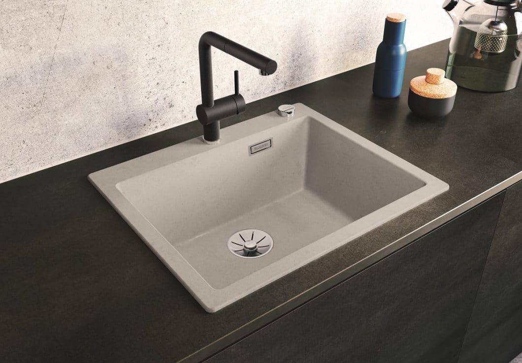 Wer eine einheitliche Beton-Optik in der Küche kreieren möchte, kommt mit der Silgranit-Spüle von BLANCO nah an ein mögliches Original ran - nur mit deutlich längerer Haltbarkeit. (Foto: BLANCO)