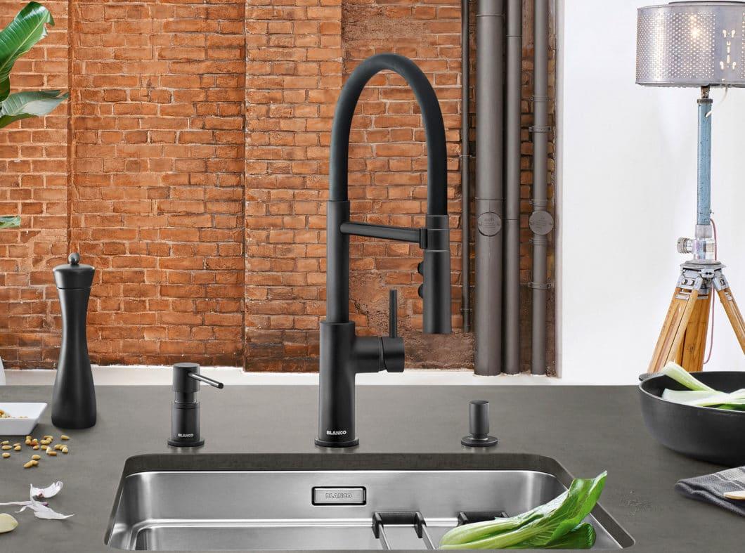 Catris-S-Flexo mit flexiblem Auslauf kombiniert Form, Funktion und Preis-Leistung gekonnt. Mit ihrer zylindrischen Form greifen die Accessoires harmonisch das Design der Armaturen auf. (Foto: BLANCO)