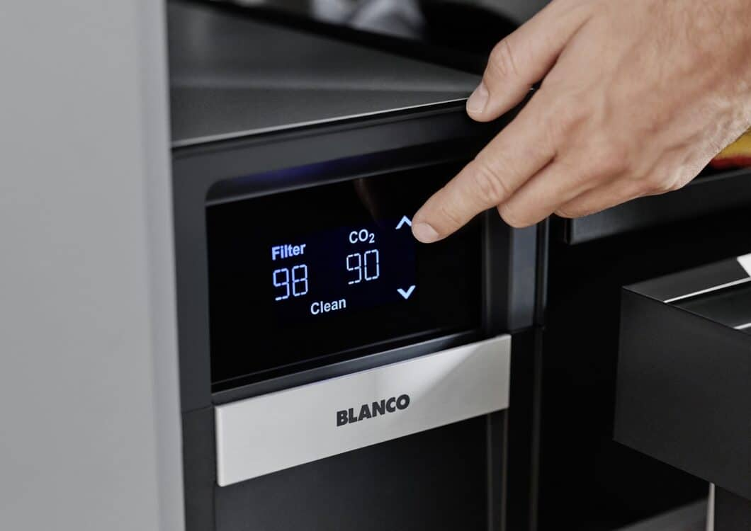 Elegant gelöst: die klare Digitalanzeige des Touchdisplays im Unterschrank zeigt Restkapazitäten rechtzeitig an. (Foto: BLANCO)