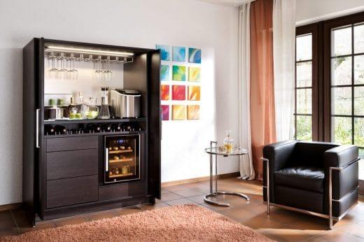 Als elegante Bar mit Weinkühler und Eiswürfelbox ist die Stage+ der perfekte Schrank für leidenschaftliche Gastgeber. (Foto: Poggenpohl)