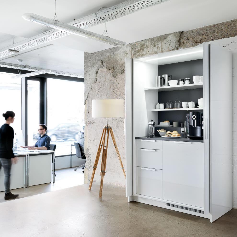Frühstücksecke oder Kaffeenische im Büro? Der Pocket-Schrank, wie hier bei der Poggenpohl Stage+, lässt sich beliebig erweiterbar sowohl privat als auch im Büro einsetzen. (Foto: Poggenpohl)