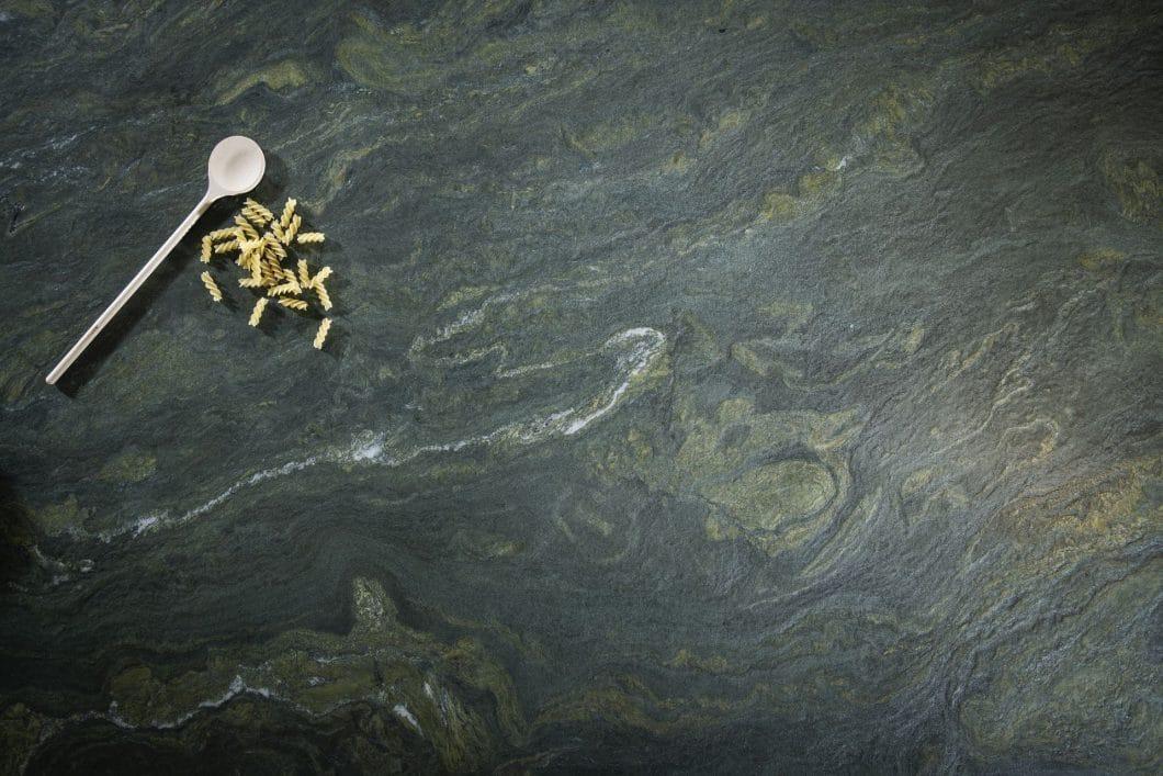 """Atemberaubende Farbverläufe zeigt die """"exotische"""" Neuentdeckung am Fuße der Alpen auf: """"Alpengrün"""" ist eine Hommage an die österreichische Heimat des Unternehmens. (Foto: Strasser Steine)"""