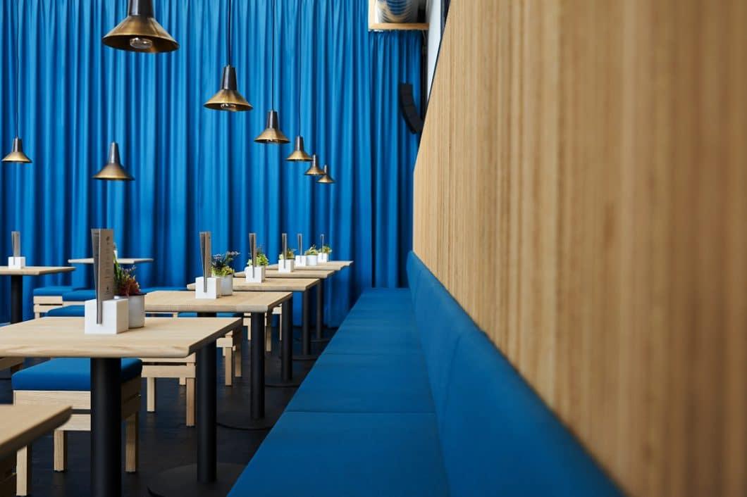 In kunstvoll arrangierten Sitzecken lassen sich auch gleich vor Ort südtirolerische Gaumengenüsse genießen. (Foto: Daniel Mazza, Pur Südtirol, Lana)