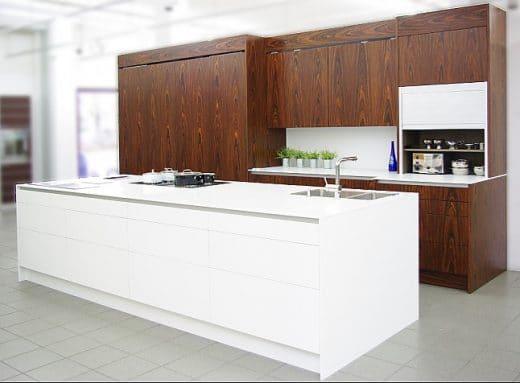 Diese eggersmann-Küche besitzt nicht nur die ungewöhnliche Materialkombination aus Palisander und Corian, sondern auch technische Raffinesse: z.B. elektrische Schiebetüren.