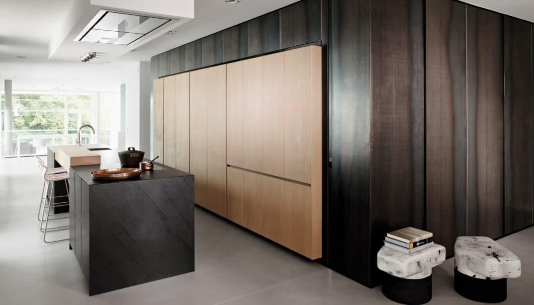 Schwarzer Phyllit trifft auf helles und dunkles Eichenholz. Eine sehr elegante und doch zugleich stilvoll-leise Interpretation von Luxus. (Foto: eggersmann)