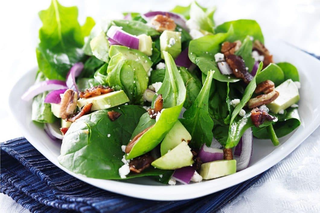 """Frische Salate, Smoothies, Bowls und vieles mehr: der """"Smart Garden"""" in den eigenen vier Wänden bringt Frische und - noch viel wichtiger - Gesundes auf den Tisch, da diese Lebensmittel nicht vorbehandelt oder bakterienbelastet sind. (Foto: agrilution)"""