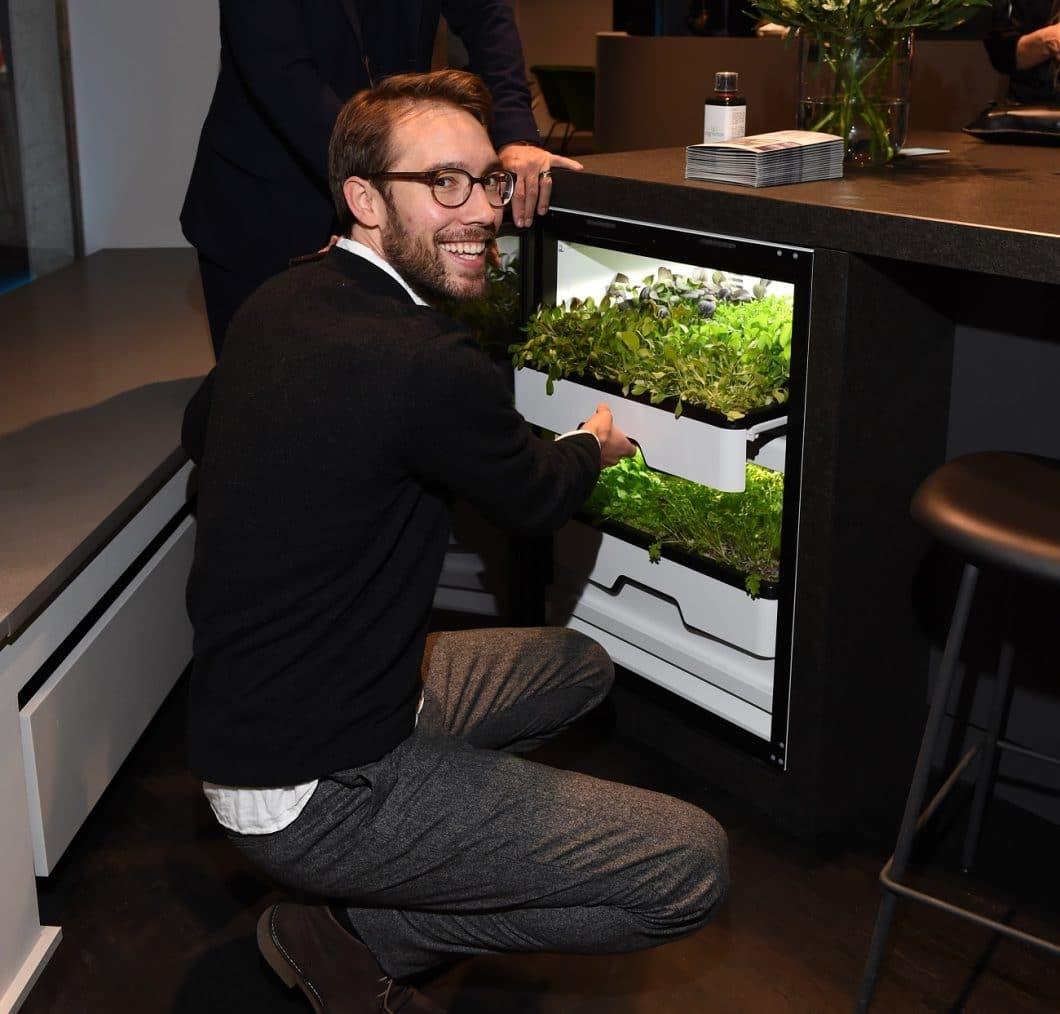 Maximilian Lössl, einer der beiden Gründer des Start-Ups agrilution, stellt die Idee des Plantcube vor: ein Gewächshaus für Kräuter und Salate, das bequem über eine App gesteuert werden und zum richtigen Zeitpunkt geerntet werden kann. (Foto: agrilution)