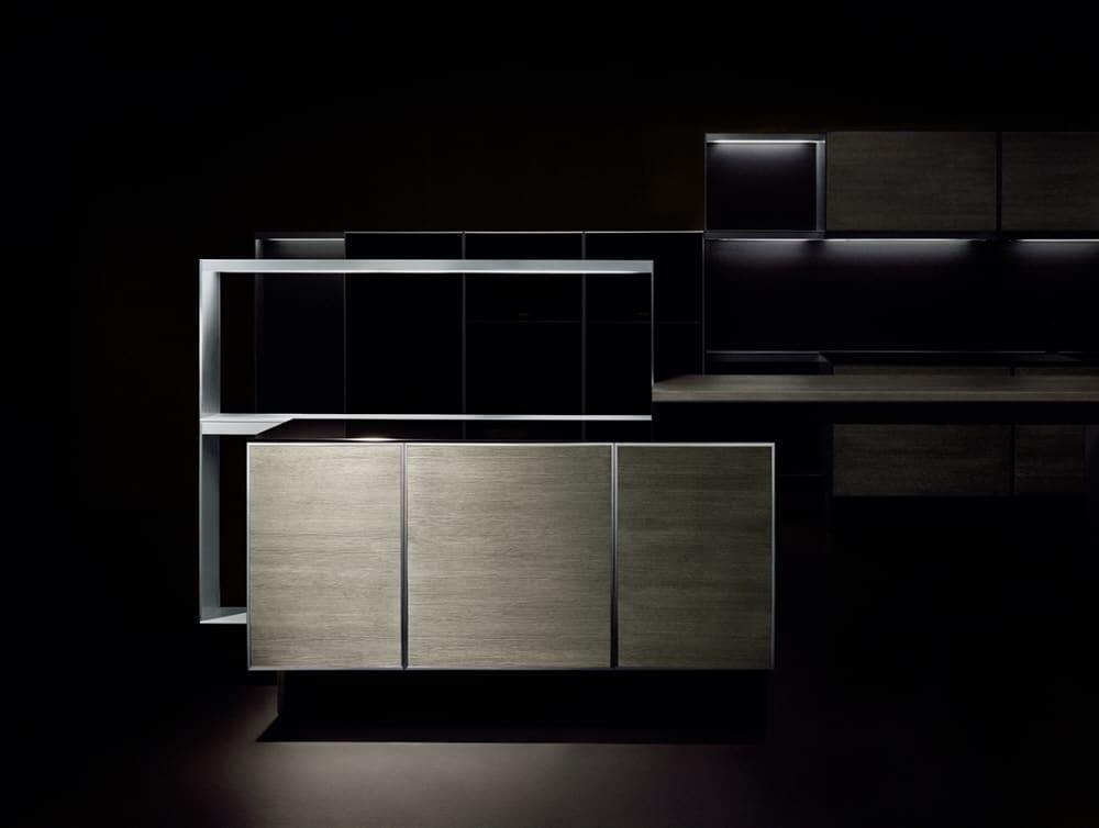 Der markante Aluminiumrahmen bildet das Designhighlight der ersten Edition P'7340. Er steht im kühlen Kontrast zu den warmen Holzfronten. (Foto: Poggenpohl)
