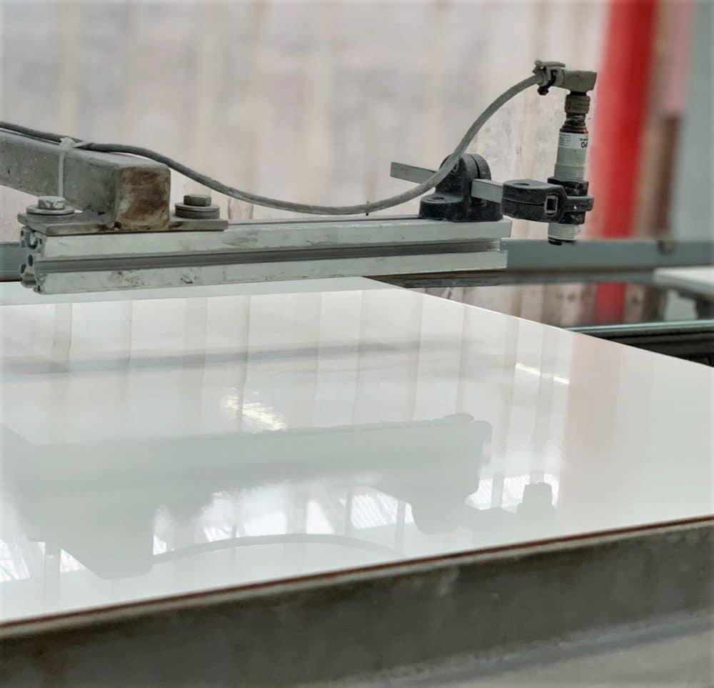 Zum Abschluss werden die hochwertigen Keramikplatten ausgekühlt und mit mehreren Bürsten poliert. Vom Werk aus werden sie anschließend in die ganze Welt hinaus geliefert. (Foto: Susanne Scheffer / KüchenDesignMagazin)