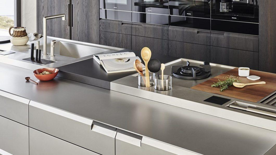 Alles an seinem Platz: Besonderheit Nr. 1 von Poliform Shape ist die individuelle Bestückbarkeit der Arbeitsoberfläche auf der Kücheninsel. (Foto: Poliform)