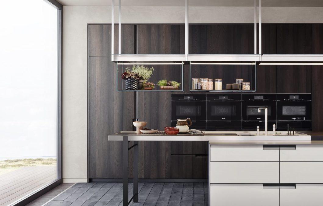 Edelstahl und offene Regale sehen in der Küche höchst professionell aus. Wenn Sie aber eher perfektionistisch veranlagt sind, sind weder Material- noch Möbelform die Richtige für Sie. Wählen Sie lieber individuell. (Foto: Poliform)