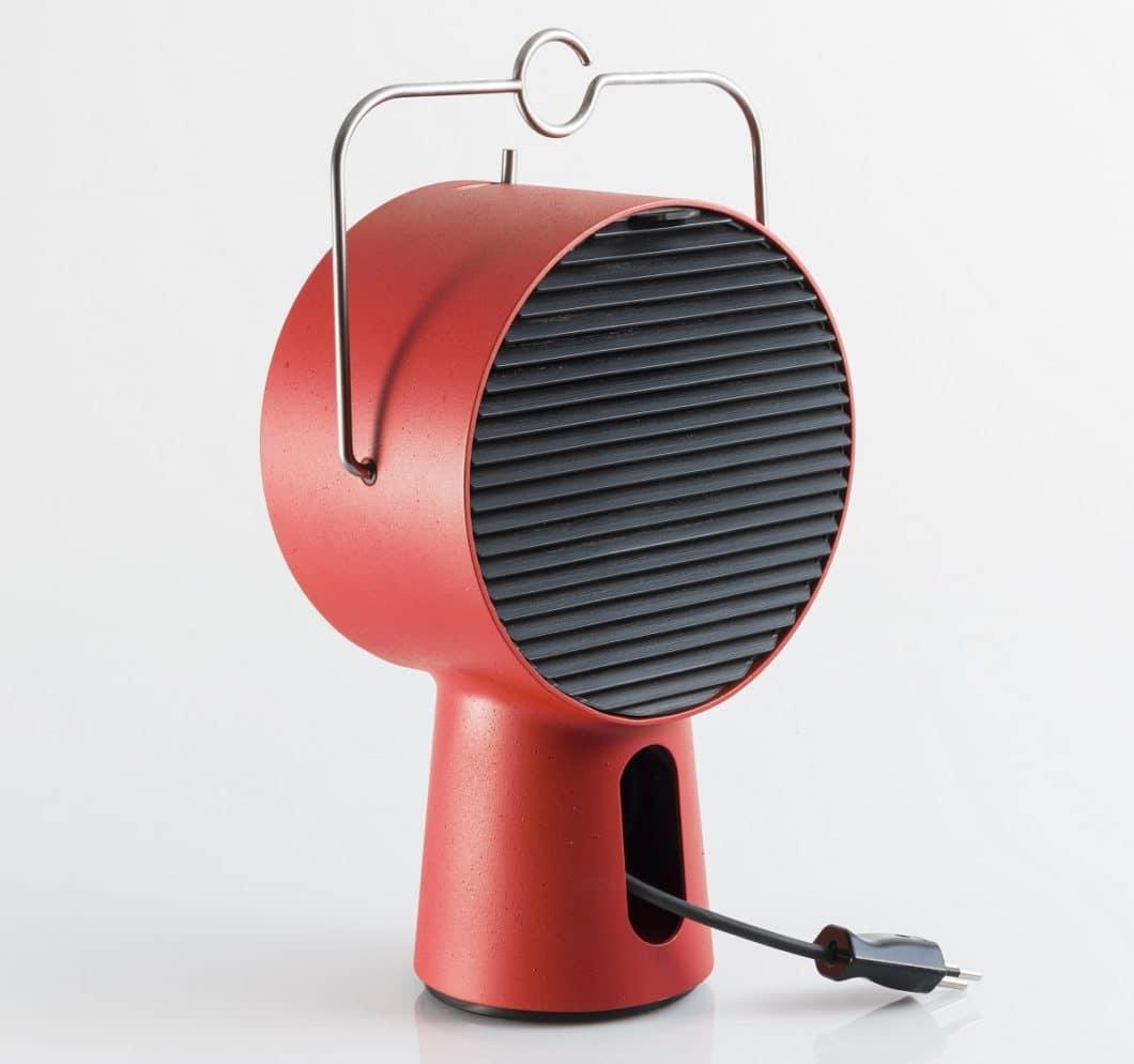 Simpel designt und mit einem einfachen Stromkabel versehen, lässt sich der tragbare Dunstabzug am filigranen Edelstahlgriff überallhin transportieren. (Foto: Augay)