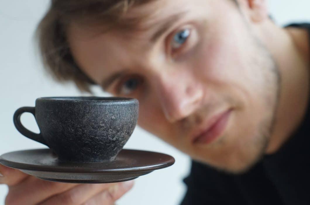 Produktdesigner Julian Lechner fragte sich, wie man Kaffeesatz unter Zugabe biologisch abbaubarer Produkte wohl verarbeiten könnte. Er entwickelte die Kaffeeform-Kaffeetassen, die sogar spülmaschinenfest sind. (Foto: Kaffeeform)