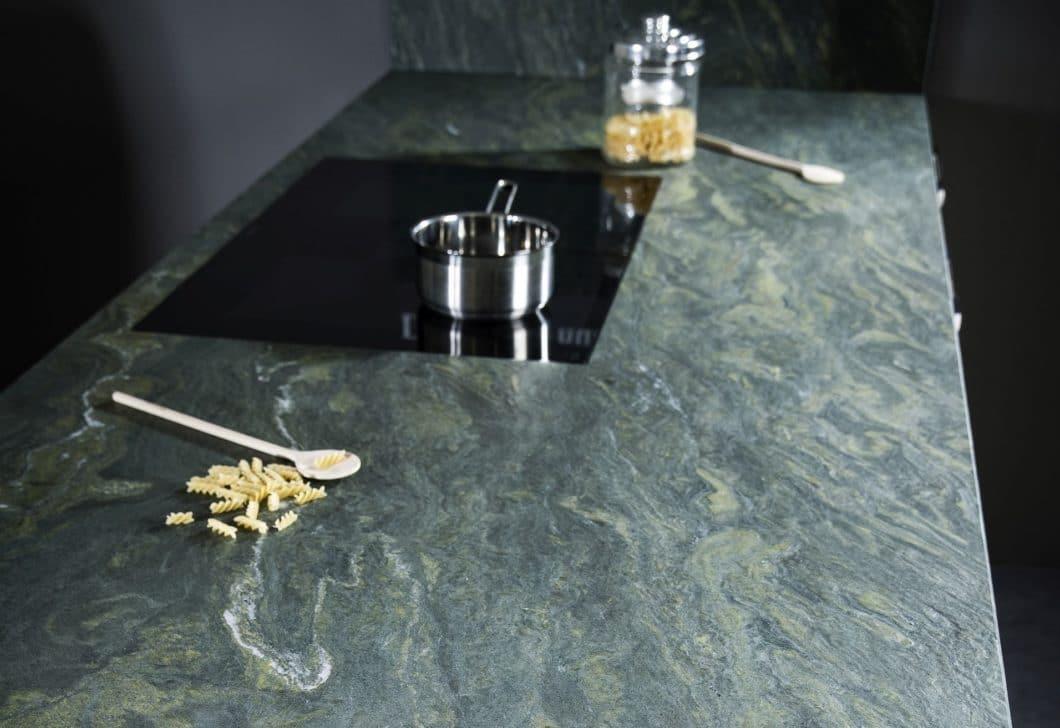 """Bis das luxuriöse Kochinsel-Konzept ST-ONE 2015 eingeführt wurde, vertrieb STRASSER Steine hauptsächlich Arbeitsplatten und Oberflächen aus Naturstein. Hier der regional gescoutete """"Alpengrün"""". (Foto: Strasser)"""