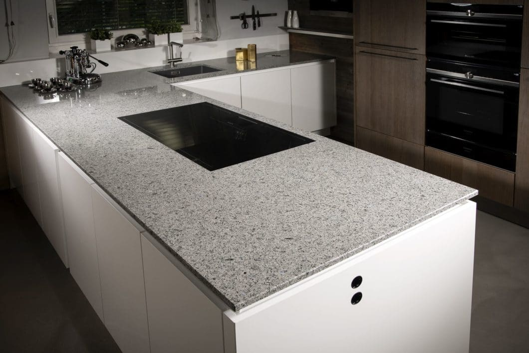 """Naturstein-Arbeitsplatten sind absolut hygienisch, hitze- und feuerfest und ideal für einen langlebigen Küchenraum. Sie sind nicht gänzlich kratz- und schnittfest - das muss der Liebhaber des """"echten"""" Steins zugestehen. (Foto: Strasser)"""