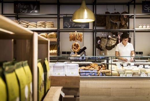 Auch möglich: Ein Geschenkgutschein für einen Ausflug nach Bozen, in dem dieser urig-gemütliche Pur-Laden voller Köstlichkeit wartet. (Foto: Daniel Mazza, PUR Südtirol)