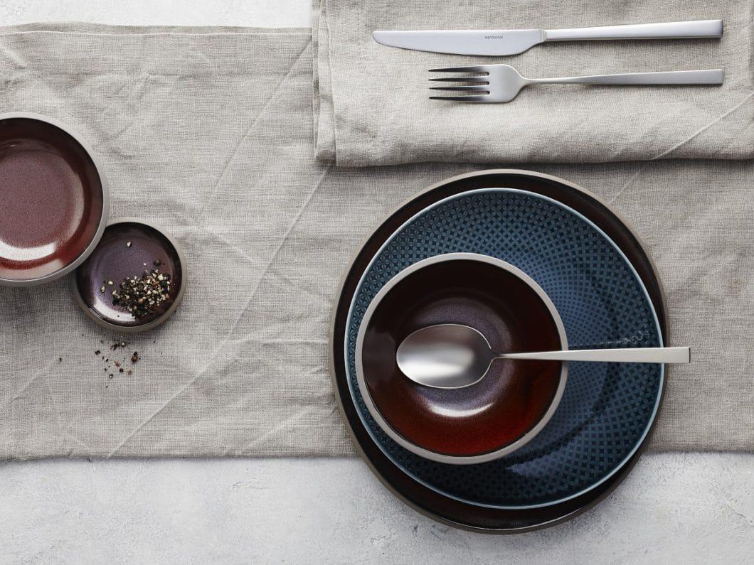 Pearl Grey, Ocean Blue, Bronze und Slate Grey: Die Farbgebung der Geschirrkollektion Junto ist himmlisch. (Foto: Rosenthal)