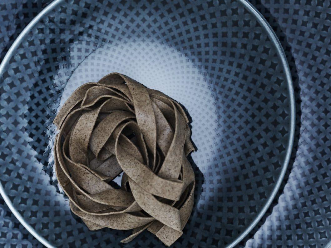 Dank des Musters und der asymmetrischen Form wirkt die Geschirrkollektion Junto wie handgemacht - rustikal und kreativ. (Foto: Rosenthal)