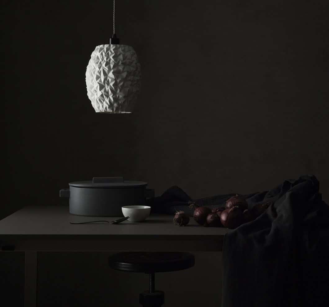 Die Design-Leuchte von Rosenthal besteht aus feinem Porzellan, das mit Mustern avantgardistisch verformt wurde. Ein echtes Highlight über dem Küchenblock. (Foto: Rosenthal)