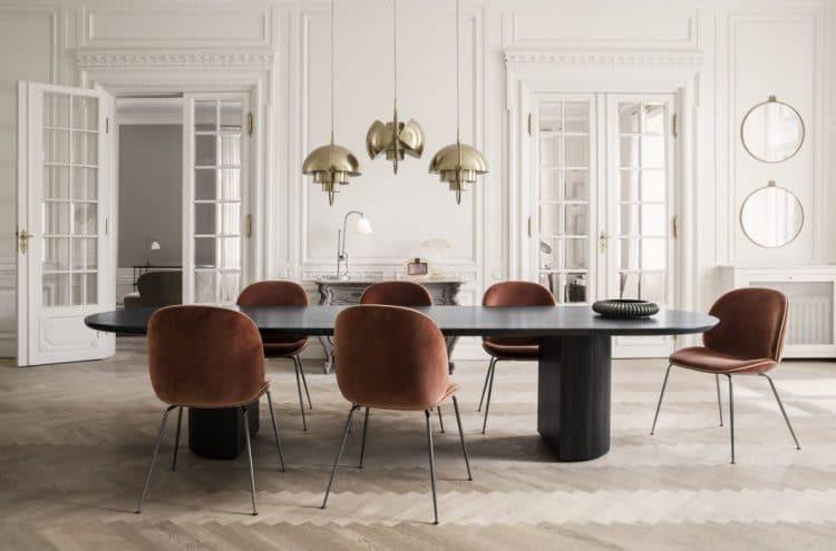 Die Randaccio Mirror Beetle-Stühle von Gubi laden gleichermaßen für ein edles Dinner wie einen ausgelassenen Abend unter Freunden an - typisch dänisches Design. Gesehen bei: Gubi