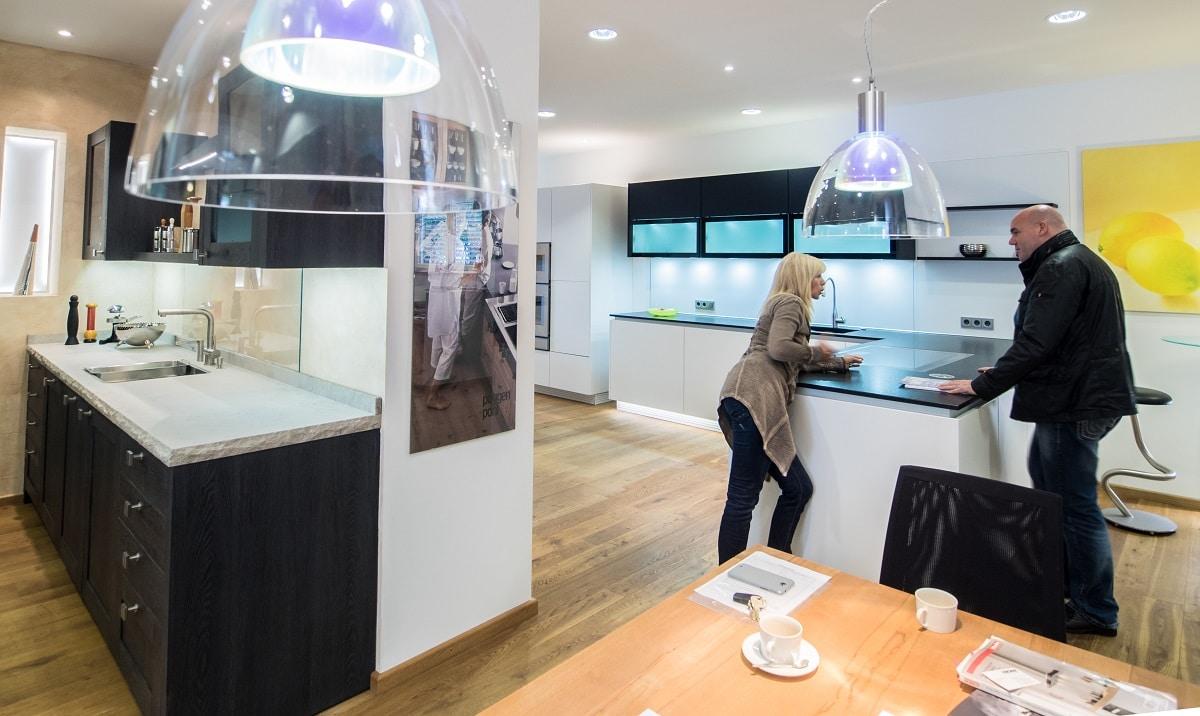 Gabriele Rapsch in Ihrem Studio Rapsch Küchen in Benediktbeuern. Die Expertin für Kochfeldabzüge testet regelmäßig jedes neue Modell in ihrem eigenen Studio. (Foto: Neumann/Rapsch)