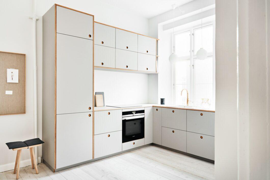 Außergewöhnliche Küchenfronten aus Linoleum von Reform Copenhagen sind auch in Kombination mit Linoleum-Arbeitsplatten erhältlich. Die Kanten und Eingriffe fertigt das dänische Unternehmen aus Natureiche. (Foto: Reform Copenhagen)
