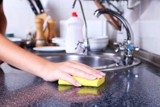 Natursteinoberflächen nehmen durch ihre Poren Schmutz und Staub schnell auf. Regelmäßiges Reinigen ist hier vonnöten, um die hochwertige Struktur auch über Jahre zu erhalten.