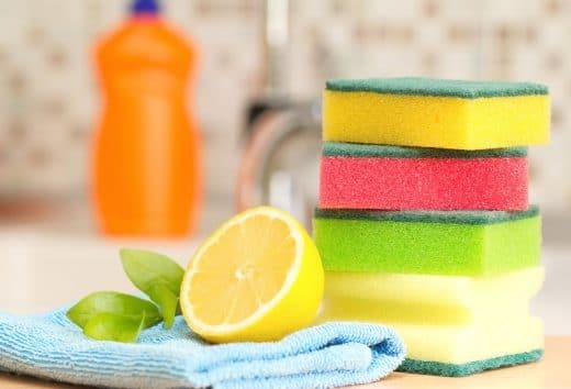 Schwämme oder Mikrofasertücher gehören wie selbstverständlich zu den Reinigungsmitteln in einer Küche. Tatsächlich können sie aber für manche Oberflächen schädlich sein - Kratzer sind die Folge.