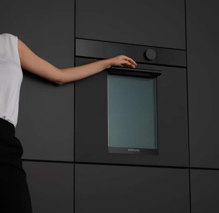 Das Münchner Designerduo RELVAOKELLERMANN zeichnet verantwortlich für das exklusive, vertikale Design der neuen Samsung Infinite Line. (Foto: relvaokellermann)