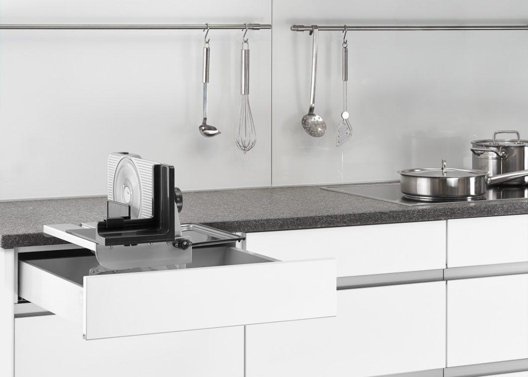 Funktional und aufgeräumt: die Firma ritterwerk hat Brotschneidemaschinen, Toaster und kabellose Mixstäbe entworfen, die sich in der Schublade verstauen lassen. (Foto: ritterwerk)