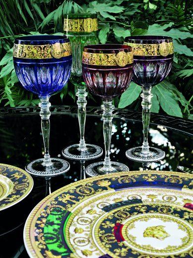 Opulente Kelche in brillanten Farben runden das Spektrum des Baroque and Rolls von Versace und Rosenthal ab. (Foto: Rosenthal)
